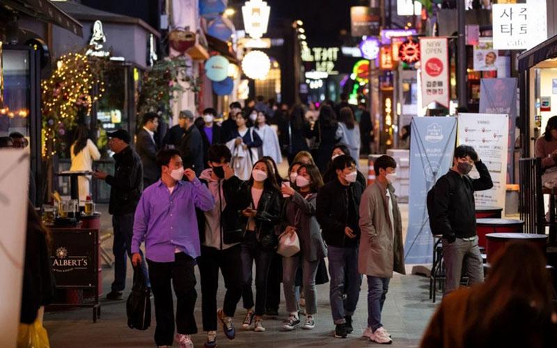 Ilustrasi: Distrik Itaewon di Seoul, Korea Selatan, pusat kehidupan malam yang dipenuhi nightclubs. Tampak semua pengunjung mengenakan masker untuk mencegah penularan Covid-19. - Bloomberg