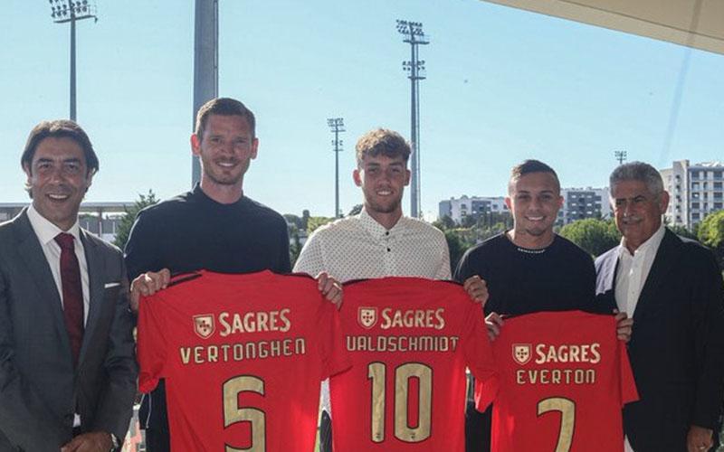Klub Portugal Benfica memperkenalkan sekaligus tiga pemain barunya yakni Jan Vertonghen, dan Luca Waldschmidt, dan Everton. - Twitter@SLBenfica