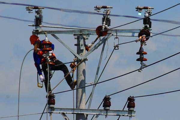 Pekerja melakukan perbaikan jaringan kabel listrik di Cawas, Klaten, Jawa Tengah, Rabu (12/7). - ANTARA/Aloysius Jarot Nugroho