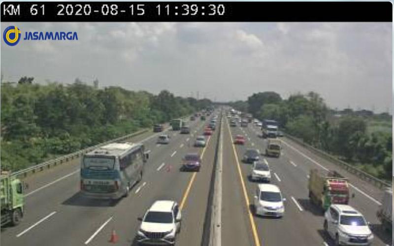 Kondisi lalu lintas di titik akhir contraflow di Tol karawan Timur kilometer 61. Foto: CCTV Jasa Marga