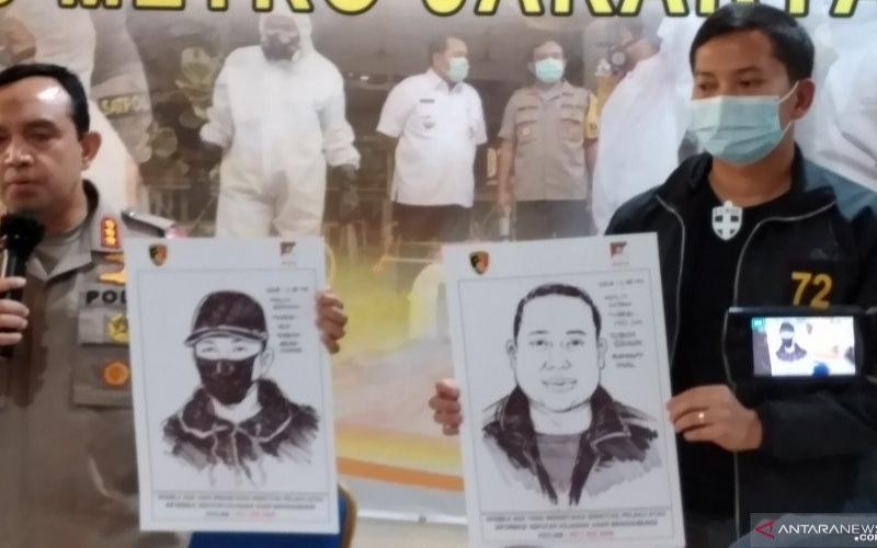 Kapolres Jakarta Utara Kombes Polisi Budhi Herdi Susianto (kiri) memperlihatkan sketsa pelaku penembakan di Mapolres, Sabtu (15/8/2020)./ANTARA - Fauzi Lamboka
