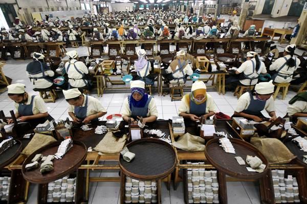 Karyawan melakukan proses pelintingan rokok di area sigaret kretek tangan (SKT) di PT Gelora Djaja di Surabaya, Jawa Timur. - Antara/M Risyal Hidayat