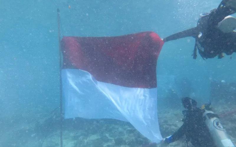 Pengibaran Bendera Merah Putih di dalam laut - Antara