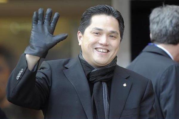 Menteri BUMN Erick Thohir melambaikan tangan - Reuters/Giorgio Perottino