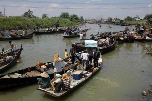 Masyarakat menggunakan perahu untuk menyebrangi sungai Nil. - ilustrasi