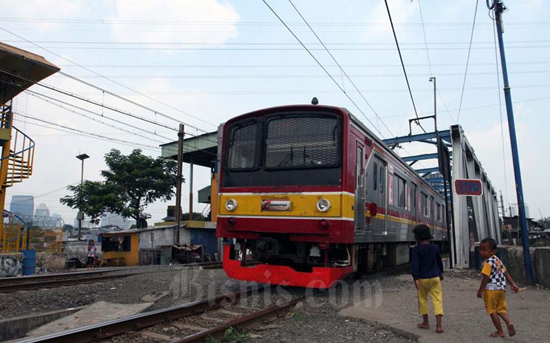 Kereta Rel Listrik melintas didekat Stasiun Tanah Abang, di Jakarta, Jumat (10/4). Bisnis - Dedi Gunawan