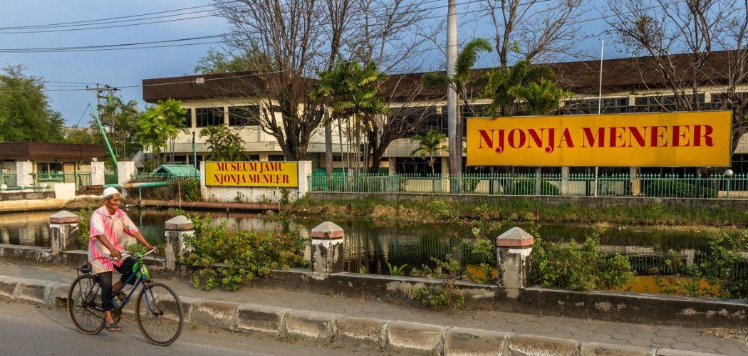 Pesepeda melintasi pabrik jamu PT Njonja Meneer di Jalan Raya Kaligawe, Semarang, Jawa Tengah, Selasa (8/8/2017). - ANTARA FOTO/Aji Styawan