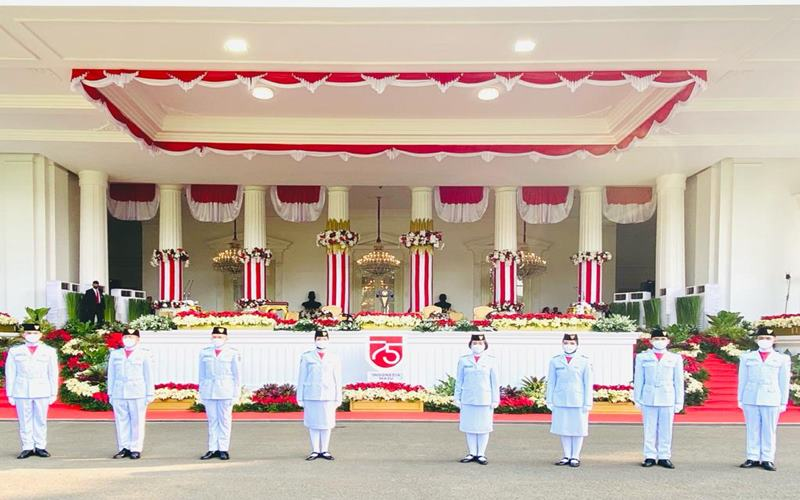 Delapan anggota Paskibraka siap melaksanakan tugas mengibarkan bendera Merah Putih di Istana Merdeka saat Upacara HUT ke-75 Kemerdekaan RI, Detik-Detik Proklamasi, Senin (17/8 - 202).Biro Pers Istana/ Laily Rachev