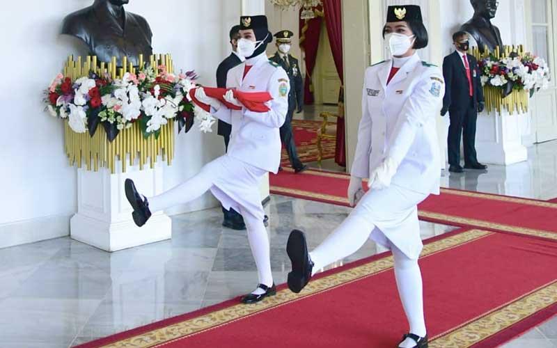 Pasukan Pengibar Bendera Pusaka (Paskibraka) membawa bendera Sang Saka Merah Putih saat gladi bersih upacara HUT ke-75 Kemerdekaan RI, Detik-Detik Proklamasi di Istana Negara, Senin (17/8/2020). Biro Pers Sekretariat Presiden - Muchlis Jr
