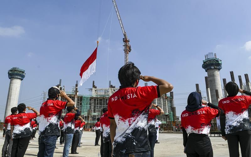 Sejumlah pekerja memberi hormat kepada bendera merah putih saat upacara peringatan HUT ke-75 Republik Indonesia di lokasi proyek pembangunan Jakarta International Stadium (JIS) di Jakarta, Senin (17/8/2020). Upacara tersebut digelar dalam rangka memperingati HUT ke-75 Kemerdekaan Indonesia. ANTARA FOTO - M Risyal Hidayat