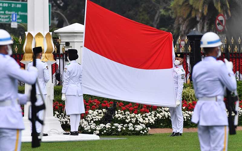 Pasukan Pengibar Bendera Pusaka (Paskibraka) bersiap mengibarkan Bendera Merah Putih saat Upacara Peringatan Detik-Detik Proklamasi 1945 yang dipimpin oleh Presiden Joko Widodo di Istana Merdeka, Jakarta, Senin (17/8/2020). ANTARA FOTO - Agus Suparto