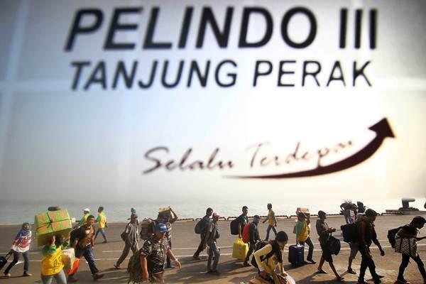 Penumpang turun dari Kapal Pelni KM Labobar saat tiba di Pelabuhan Tanjung Perak, Surabaya, Jawa Timur, Senin (11/6/2018). - ANTARA/Moch Asim