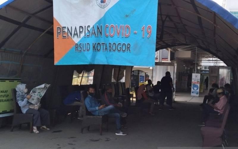 Warga Kota Bogor menunggu di ruang tunggu penapisan Covid-19 di RSUD Kota Bogor. - Antara