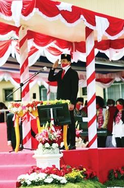 Presiden Direktur PT Freeport Indonesia Tony Wenas memimpin upacara bendera di Tembagapura, Mimika, Papua pada Senin (17 - 8) dalam suasana kenormalan baru dengan jumlah peserta yang terbatas. Upacara juga diikuti secara virtual oleh karyawan lain di Tembagapura, Kuala Kencana, Jayapura dan Jakarta.