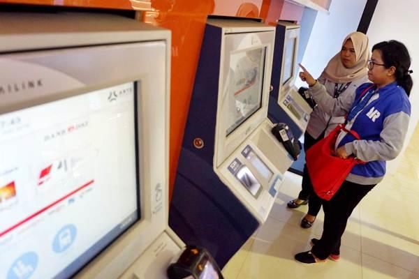Calon penumpang KA Bandara Soetta melakukan top up kartu langganan Personal Frequent Rider (Perfeq Rider) di Jakarta, Kamis (7/6/2018). - JIBI/Nurul Hidayat