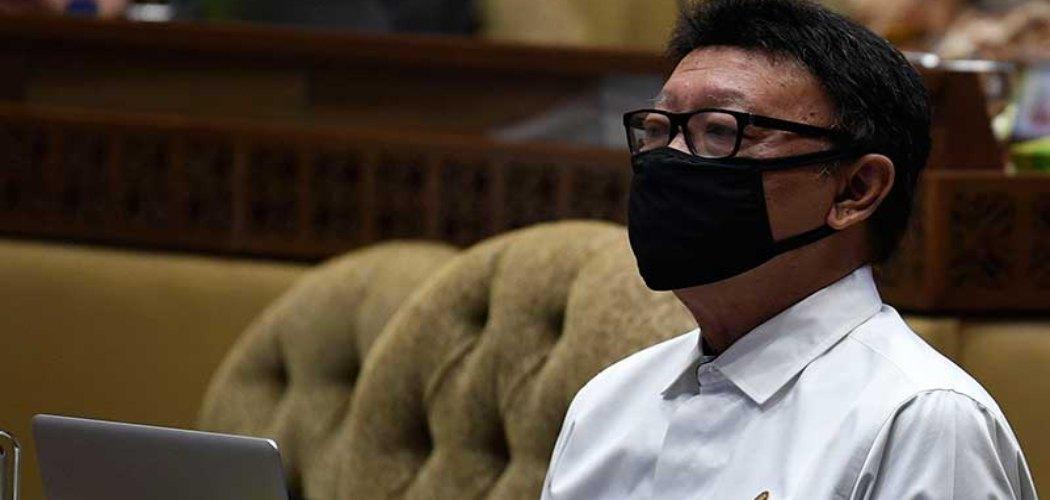 Menteri Pendayagunaan Aparatur Negara dan Reformasi Birokrasi Tjahjo Kumolo menyimak pertanyaan saat Rapat Dengar Pendapat bersama Komisi II DPR di Kompleks Parlemen Senayan, Jakarta, Selasa (23/6/2020). ANTARA FOTO - Puspa Perwitasari
