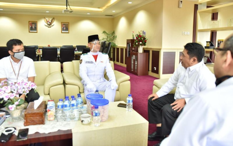 Kementerian Agama beri apresiasi berupa uang pembinaan Rp10 juta, tablet sebagai penunjang pembelajaran dan piagam penghargaan kepada Muhammad Adzan siswa Madrasah pertama yang jadi Paskibraka pada Upacara HUT Ke-75 RI di Istana - Kemenag