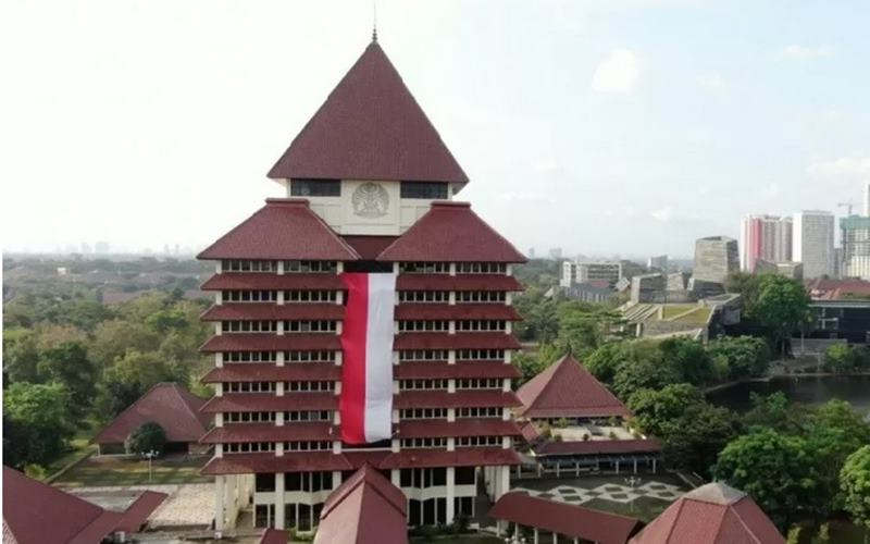 Kain merah putih raksasa terbentang di Gedung Rektorat Kampus UI Depok. - Antara