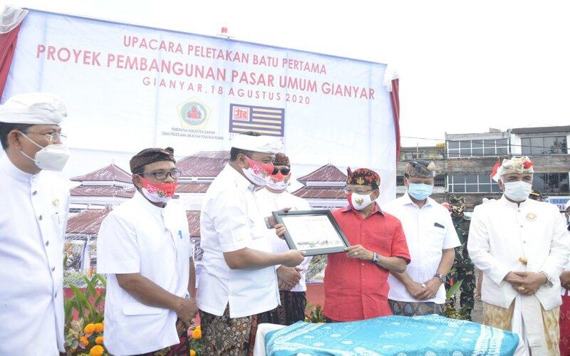 Peletakan Batu Pertama Pasar Umum Rakyat Gianyar oleh Gubernur Bali Wayan Koster dan Bupati Gianyar I Made Mahayastra serta OPD terkait. - Ist