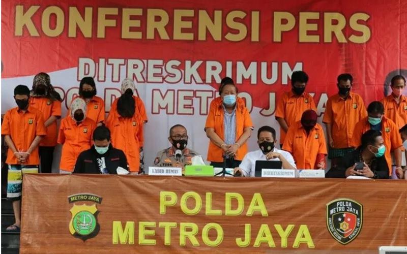 Kapolda Metro Jaya Irjen Pol Nana Sudjana (tengah) memperlihatkan barang bukti kasus pembunuhan berencana terhadap warga Taiwan di Mako Polda Metro Jaya, Selasa (12/8/2020). - Antara