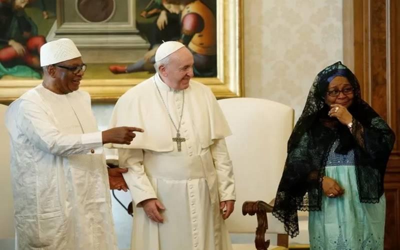 Dokumentasi- Presiden Mali Ibrahim Boubacar Keita dan istrinya Aminata Maiga Keita berfoto bersama Paus Francis dalam kunjungan pribadi di Vatikan, Kamis (13/2/2020). - Antara/Reuters