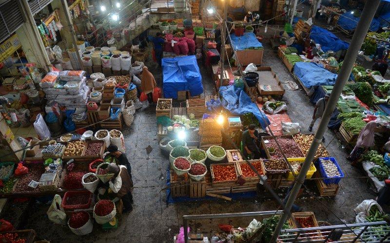 Pedagang menunggu pembeli di Pasar Tradisional Peunayung, Banda Aceh, Aceh, Kamis (26/3/2020). Kalangan pedagang di pusat perbelanjaan itu menyatakan omset penjualan mereka menurun hingga 50 persen akibat sepinya pengunjung sejak mewabahnya COVID-19. - ANTARA FOTO/Ampelsa
