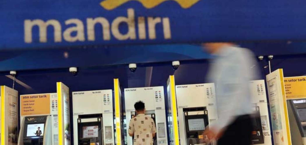 Nasabah mengambil uang di Anjungan Tunai Mandiri (ATM) Bank Mandiri di Jakarta, Selasa (10/3/2020). Bisnis - Eusebio Chrysnamurti