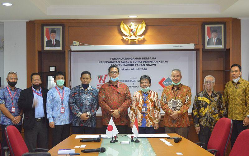 Manajemen Widodo Makmur Unggas dan perwakilan afiliasi dari Fuji Electric berpose usai meneken kesepakatan awla kerja sama pembangunan pabrik pakan Ngawi di Jakarta, (8/7/2020). - widodomakmur