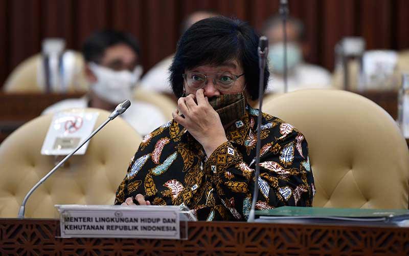 Menteri Lingkungan Hidup dan Kehutanan Siti Nurbaya mengikuti Rapat Kerja dengan Komisi IV DPR di Kompleks Parlemen Senayan, Jakarta, Rabu (24/6/2020). ANTARA FOTO - Puspa Perwitasari