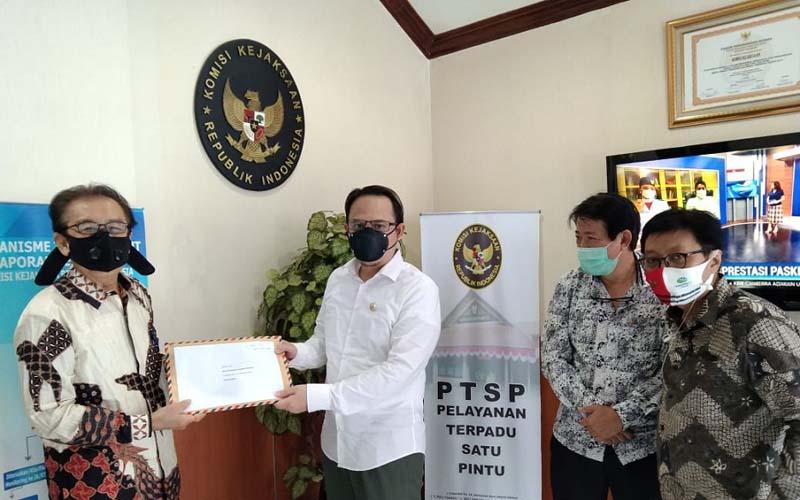 Perwakilan pemegang polis, Wahjudi, saat bertemu Komisioner Komisi Kejaksaan Republik Indonesia (RI) RM Ibnu Mazjah, di Kantor Komisi Kejaksaan RI, Kebayoran Lama, Jakarta Selatan, Selasa (18/8/2020). - Istimewa