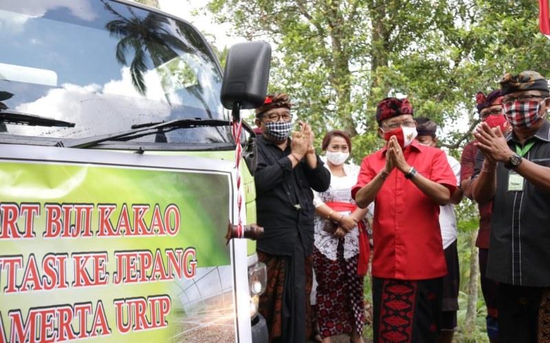 Gubenur Bali I Wayan Koster melepas ekspor kakao fermentasi asal Jembrana. - Bisnis/Luh Putu Sugiari
