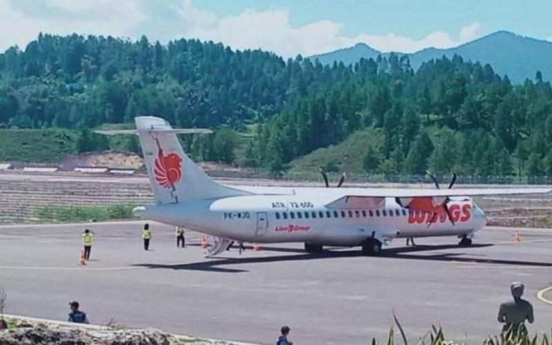 Pesawat komersial jenis ATR/72-600 milik Wings Air usai mendarat di Bandara Toraja, Mangkengdek, Kabupaten Tana Toraja, Sulawesi Selatan, Kamis (20/8/2020). - ANTARA/HO