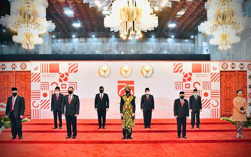 Presiden Joko Widodo (tengah) mengenakan kain tenun khas Sabu Raijua dari NTT saat mengahadiri Sidang Tahunan MPR dan Sidang Bersama DPR-DPD di Jakarta, Jumat (14/8/2020). Biro Pers Sekretariat Presiden - Muchlis Jr