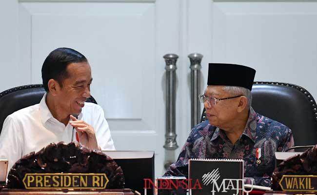 Presiden Joko Widodo (kiri) berbincang dengan Wakil Presiden Ma'ruf Amin (kanan) sebelum memimpin rapat kabinet terbatas tentang akselerasi peningkatan peringkat kemudahan berusaha di Kantor Presiden, Jakarta, Rabu (12/2/2020). ANTARA FOTO - Sigid Kurniawan