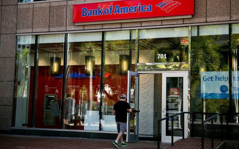 Seorang nasabah memasuki kantor cabang Bank of America di Miami, Florida. - Bloomberg
