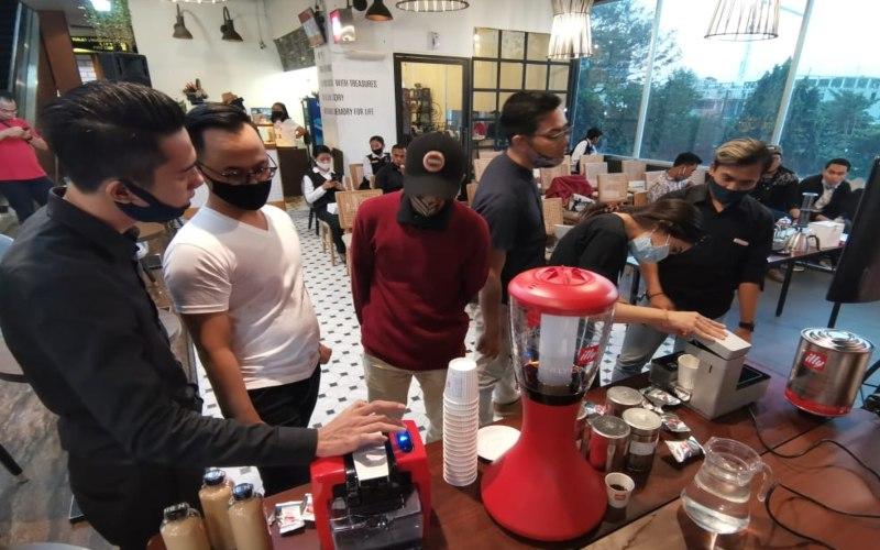 Koffee Talk Grand Edge Hotel Semarang merayakan hari jadi yang pertama pada 21 Agustus 2020 dengan menyelenggarakan acara pelatihan singkat menjadi barista. (Foto: Istimewa)