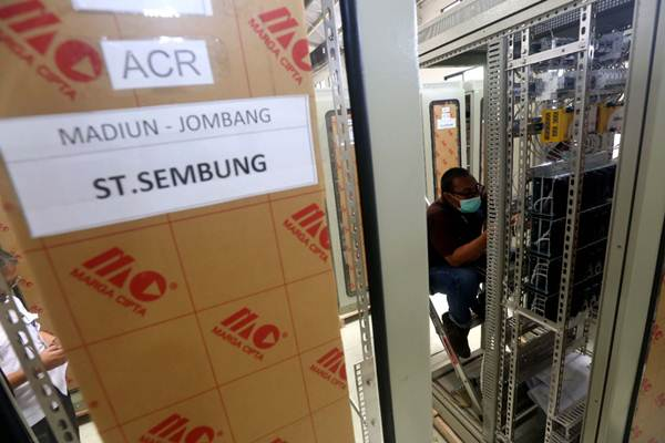 Teknisi menyelesaikan pembuatan panel untuk sistem persinyalan kereta api di ruang produksi PT LEN Industri, di Bandung, Jawa Barat, Rabu (10/1). - JIBI/Rachman