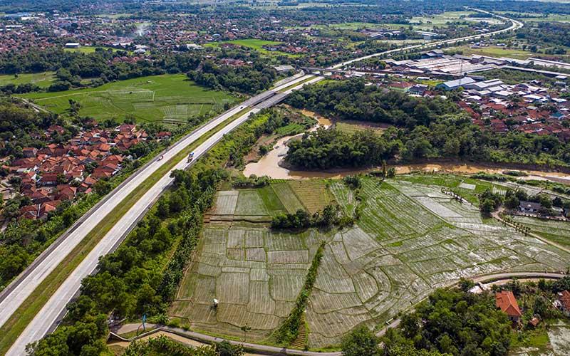 Kendaraan melintas di Tol Cikopo-Paliman, Ciwaringin, Cirebon, Jawa Barat, Kamis (21/5/2020). Menjelang Lebaran, salah satu titik kepadatan arus mudik di ruas tol Cikopo-Palimanan (Cipali) terpantau sepi dikarenakan adanya larangan mudik dari Pemerintah demi mencegah penyebaran wabah COVID-19. ANTARA FOTO - Nova Wahyudi