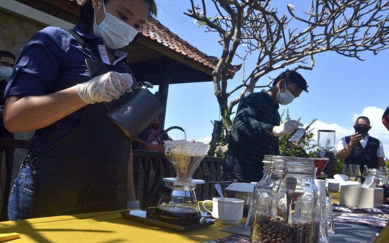 Peserta menyeduh kopi saat mengikuti kompetisi Barista di kawasan Kuta, Badung, Bali, Sabtu (22/8/2020). Kompetisi tersebut diselenggarakan untuk mengangkat potensi kopi khas Bali serta untuk memberikan motivasi kepada para barista yang bekerja di sektor pariwisata, perhotelan, dan sejumlah kafe yang terdampak pandemi Covid-19. - Antara/Fikri Yusuf