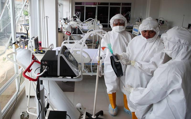 Petugas medis memeriksa kesiapan alat di ruang ICU Rumah Sakit Darurat Penanganan COVID-19 Wisma Atlet Kemayoran, Jakarta, Senin (23/3/2020). Presiden Joko Widodo yang telah melakukan peninjauan tempat ini memastikan bahwa rumah sakit darurat ini siap digunakan untuk karantina dan perawatan pasien Covid-19. Wisma Atlet ini memiliki kapasitas 24 ribu orang, sedangkan saat ini sudah disiapkan untuk tiga ribu pasien. - Antara
