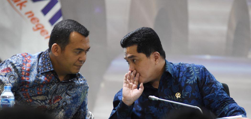 Menteri BUMN Erick Thohir (kanan) berbincang dengan Direktur Utama PT Krakatau Steel (Persero) Tbk Silmy Karim (kiri) saat Public Expose Krakatau Steel 2020. - Antara / Indrianto Eko Suwarso.