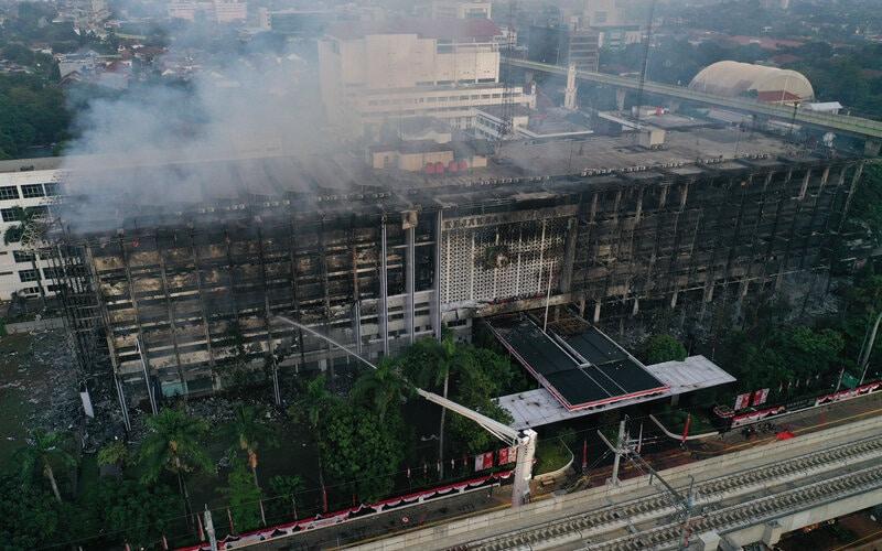 Foto udara gedung utama Kejaksaan Agung yang terbakar di Jakarta, Minggu (23/8/2020). Kebakaran yang berawal sejak Sabtu (22/8) malam itu masih dalam penanganan pihak pemadam kebakaran hingga Minggu pukul 06.00 WIB. - Antara - Aditya Pradana Putra