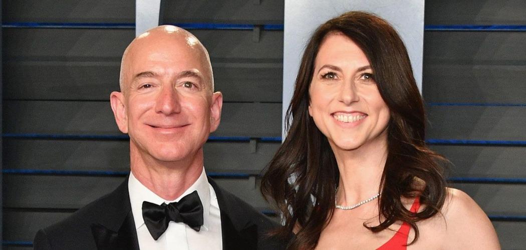 CEO Amazon.com Inc. Jeff Bezos (kiri) dan MacKenzie Bezos (kanan), yang ketika itu masih menjadi istrinya, menghadiri acara tahunan Robin Hood Foundation di New York, AS, Senin (12/5/2014). - Bloomberg/Peter Foley