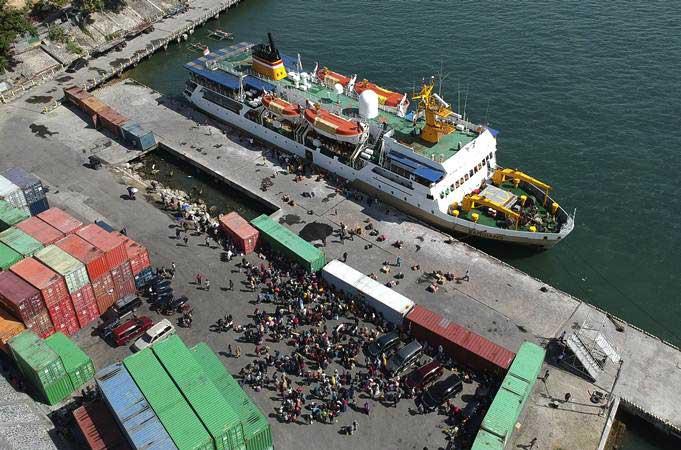 Penumpang antre untuk menaiki KM Sangiang di Pelabuhan Gorontalo, Kota Gorontalo, Gorontalo, Senin (27/5/2019). - ANTARA/Adiwinata Solihin