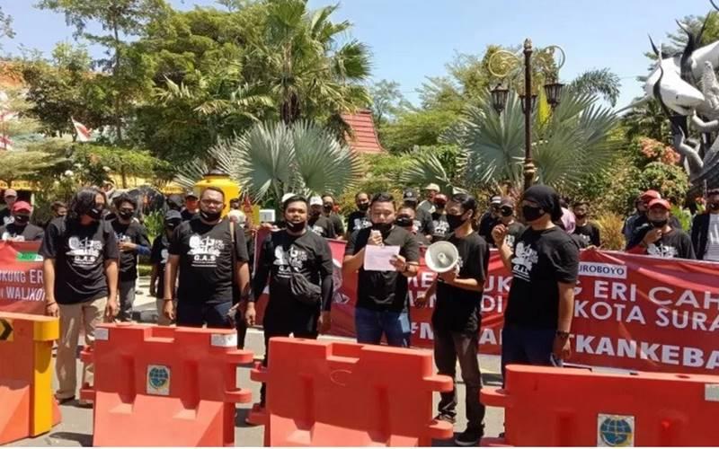 Putra Wali Kota Surabaya Tri Rismaharini, Fuad Benardi (tengah) bersama Gerakan Arek Suroboyo (GAS) menggelar deklarasi dukungan kepada Eri Cahyadi maju Pilkada Surabaya 2020 di depan Kebun Binatang Surabaya, Minggu (23/8/2020). - Antara