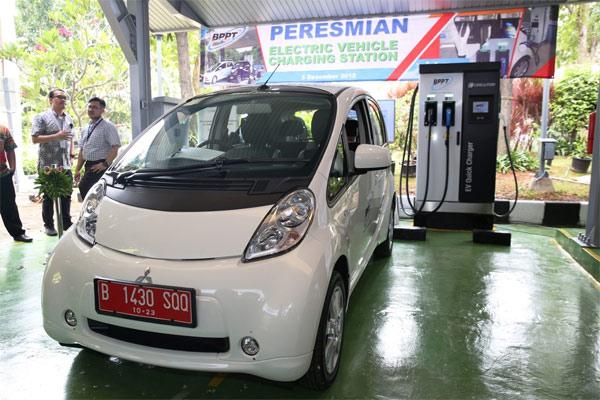 Mitsubishi i-MiEV berpose di depan fasilitas pengisian daya kendaraan listrik di BPPT.  - MKKSI