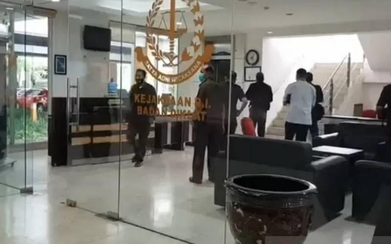 Pegawai Kejaksaan Agung melintas di ruang lobi Gedung Badan Pendidikan dan Pelatihan (Diklat) Kampus B Jalan Raya Ceger, Cipayung, Jakarta Timur, Senin (24/8/2020). Hal itu terjadi usai Gedung Kejagung di Jakarta Selatan terbakar pada Sabtu (22/8/2020) malam. - Antara