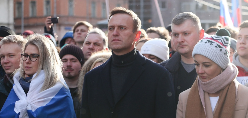 Pemimpin oposisi Rusia Alexey Navalny (tengah) bersama istrinya, Yulia (kanan), berjalan bersama para pengunjuk rasa lainnya dalam sebuah demonstrasi di Moskow, Rusia, Sabtu (29/2/2020). - Bloomberg/Andrey Rudakov