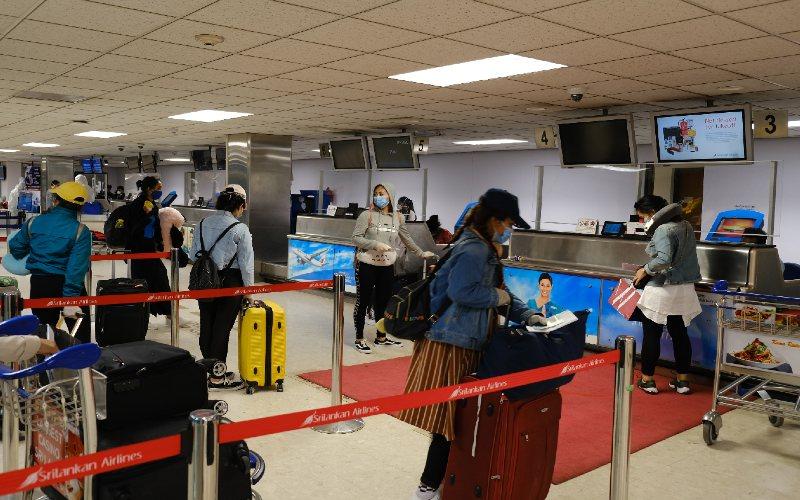 Sejumlah warga negara Indonesia (WNI) antre untuk mendaftar repatriasi di Bandar Udara Internasional Colombo, Sri Lanka, Jumat (1/5 - 2020) malam. KBRI Colombo merepatriasi mandiri gelombang kedua dengan memulangkan 347 pekerja migran Indonesia (PMI) dari Sri Lanka dan Maladewa ke Indonesia akibat pandemi Covid/19. ANTARA
