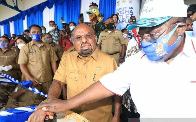 Gubernur Papua Lukas EnembeMeresmikan Wisma atlet & Kantor KONI - Antara